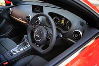 インストゥルメントパネルまわりの意匠については、基本的に純ガソリン車と共通。ただし、メーターやダッシュボード上のモニターには「e-tron」専用の表示機能が採用されている。