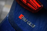 テールゲートに装着された「RS Q3」のバッジ。赤いひし形のマークは「アウディスポーツ」の象徴で、アウディスポーツ店のデザインにもそのモチーフが使われている。
