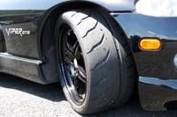 わが「バイパー」の足元を支える「トーヨー・プロクセスR888R」。競技用タイヤでありながら、履き替えナシで公道も走れるスグレモノである。見よ! この極悪なまでにワイルドなトレッドパターンを。