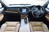 「XC90」のインストゥルメントパネルまわり。「T6 AWD インスクリプション」にはウォールナットウッドの装飾パネルが用いられている。