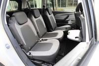 2列目シートの定員は3人で、個別に前後スライドとリクライニングが可能。運転席および助手席の背もたれの背後に取り付けられた折りたたみ式テーブルが利用できる。