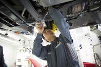 点検・整備は、各車両のメカニズムに精通した経験豊富なメカニックの手で行われる。
