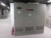 こちらの機器は、ソーラーパネル、蓄電池、EV充電器を統合制御する「グリッド管理装置」と呼ばれるもの。発電した電気を充電器に送電し、余剰分を構内の電力として有効活用する。