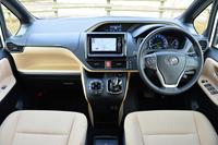 インテリア。計器盤は、先代モデルのセンターから運転席前方に移動。フード類の高さを抑え、三角窓を大きくするなど、良好な視界が得られるよう配慮したという。