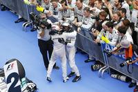 今年のチャンピオン最有力候補、メルセデスが1-2フィニッシュで2連勝を達成。マレーシアGP初優勝のルイス・ハミルトン(左)と、開幕戦ウィナーのニコ・ロズベルグ(右)が互いの健闘をたたえあった。(Photo=Mercedes)