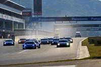 SUPER GTの決勝レースは土曜と日曜に1戦ずつ行われ、その総合成績で勝者が決められた。写真は、GT500クラス(レース2)のスタートシーン。