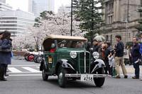 のどかな排気音を響かせてトコトコ走る1938年「ダットサン17型フェートン」。欧米の大型高級車が大半を占めた参加車両中、唯一の日本車、それも小型車である。その愛らしい姿とMade in Japanの誇りがギャラリーにアピールしたようで、人気投票で1位に輝いた。