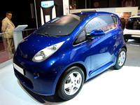 「ボロレ・ブルーカー」の新型。写真のマイクロ3シーターのほかコンパクト4シーターもある。来年スタートするパリの「オートリブ」(レンタル電気自動車)に採用とのうわさがある。