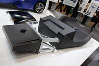 「東レ」は元ブラバム、マクラーレンのデザイナーであるゴードン・マレーがデザインした超軽量コンセプトEV「TEEWAVE」と並んで、そのCFRPモノコックを展示していた。重量は45kgでスチール製の半分以下、部品点数は3点でスチール製の1/20という。