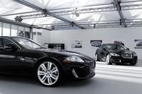 今年中に市場導入が予定される「XFR」(右)と、新エンジン搭載の「XKR」。