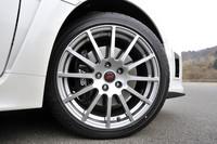 ホイールは、鋳造アルミのSTI製18インチ。ブレーキはブレンボ製の対向4ポットとなる。