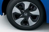 新しいデザインのハイブリッド車用フルホイールキャップ。