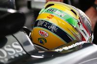 """自らの""""アイドル""""であるアイルトン・セナの地元で勝利がないルイス・ハミルトンは、ヘルメット後部を""""セナ・カラー""""に染めて悲願の初勝利を目指した。(Photo=Mercedes)"""