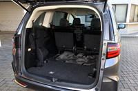 3列目シートを床下格納したラゲッジルームの様子。駆動用のバッテリーは助手席の下に搭載されるため、ラゲッジルームの仕様やシートアレンジなどは、ガソリン車とハイブリッド車で基本的に共通となっている。