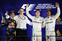 F1第15戦シンガポールGPを制したメルセデスのニコ・ロズベルグ(右から2番目)、2位に入ったレッドブルのダニエル・リカルド(一番左)、3位でレースを終えたメルセデスのルイス・ハミルトン(一番右)。(Photo=Red Bull Racing)