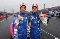 勝利を喜ぶ、No.38 ZENT CERUMO SC430の立川祐路(写真左)と平手晃平。