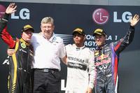 ハンガリーGPを制したメルセデスのルイス・ハミルトン(写真左から3番目)、2位に終わったロータスのキミ・ライコネン(写真左端)、3位に入ったレッドブルのセバスチャン・ベッテル(写真右端)。(Photo=Red Bull Racing)