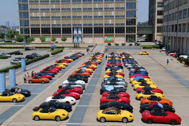 かつてフィアットの工場で、現在は複合商業施設として使われているトリノ・リンゴットに集結した「フィアット・バルケッタ」20周年ミーティングの参加車両。2015年6月26日。