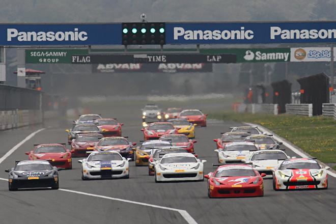 23台の「458チャレンジEVO」が出走した「フェラーリ・チャレンジ・トロフェオ・ピレリ アジア・パシフィック ラウンド2」決勝レース1のスタート。ちなみにレースは完走16台、リタイアした7台のうち5台が1コーナーの餌食になるという荒れた展開となった。