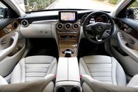 """今回のテスト車は、「C200エクスクルーシブライン リミテッド」の中でも上級モデルにあたる""""本革仕様""""。カバンサイトブルーのボディーカラーには、クリスタルグレーの本革シートとライトブラウンライムウッドのパネル類が組み合わされる。"""