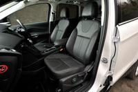 「タイタニアム」のレザーシート。運転席と助手席には10wayの電動調整機構とシートヒーターが備わる。