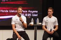この日は、マクラーレン・ホンダの2人のドライバー、ジェンソン・バトン(写真左)とストフェル・バンドールン(右)が登壇。ファンを前に、週末にひかえた日本GPへの意気込みなどを語った。
