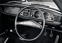 黒塗りのパネルに2連メーターをフィーチャーした「カローラ・クーペ1200デラックス」のインパネ。とはいえ、デザインはセダンの「カローラ1200デラックス」とまったく同じだった。