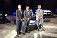 左から、PSAグループ インド・パシフィック地域事業部長のエマニュエル・ドゥレ氏、プジョー・シトロエン・ジャポン代表取締役社長のクリストフ・プレヴォ氏、PSAグループ パワートレイン&シャシーエンジニアリング研究開発部長のクリスチャン・シャペル氏。