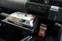 インパネ中央部には、1リッターの紙パックに対応したドリンクホルダーや、引き出し式のテーブルなどを採用。