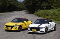 こちらは、「ホンダS660」ベースのカスタマイズカー。写真左(黄色)の外装は、ホイールを除いて標準車とほぼ変わらない仕立て。右の車両(白)には、モデューロオリジナルのバンパーやスポイラーが与えられている。