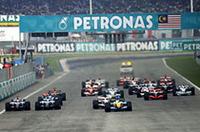 フィジケラが好スタートで首位のまま1コーナーへ。3番グリッドのロズベルグ、5番グリッドのマーク・ウェバー、2台のウィリアムズ・コスワースが牽制しあっているうちに、7番グリッドのアロンソが3位にジャンプアップした。(写真=Ferrari)