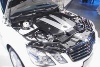 「E350 ブルーテック」の燃費(10・15モード)は、セダンが13.2km/リッター、ステーションワゴンは13.4km/リッター。