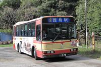 一日数本の路線バスがやってくる。でもたった数人しか乗っていないのに、これだけのサイズが要るのだろうか?