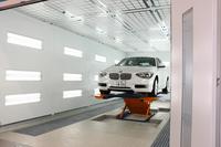 塗装ブースはリフトを完備。車両を持ち上げることで、ボディー下部の塗装作業を効果的に行う。