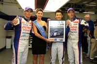 ポールポジション獲得に笑顔を見せるNo.7 トヨタのS.サラザン(写真左)、A.ブルツ(同右)、そして中嶋一貴(同右から2人目)。