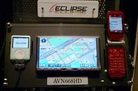 携帯電話との赤外線通信により、情報をやりとりする「ケータイリンク」は全機種標準装備。iPod接続ポートも用意される。