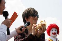 当日は、アカペラグループ「RAG FAIR」の土屋礼央さんも来場、新バーガーにカブりついた。傍らのドナルドも満足そう!