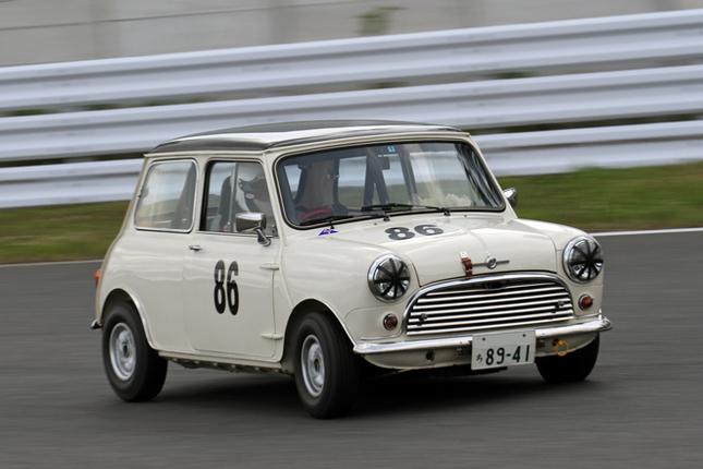 1950~69年の量産サルーンによるティントイ・カップで、ブッちぎりの速さでポール・トゥ・フィニッシュをキメた1963年「モーリス・ミニクーパーS Mk1」。しかしフライングスタートにより、30秒を加算されて順位は後退。