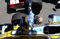 お馴染みとなった勝利のポーズ。今回は羽を広げた(?)アロンソ。(写真=Renault)