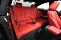 「4シリーズ」の後席は2人乗り。座面から天井までの高さは、3シリーズの920mmから870mmに減じている。