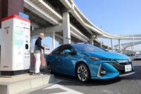 高速道路のパーキングエリアで充電を試みる。急速充電を使った場合、20分で約80%の充電が可能となる。