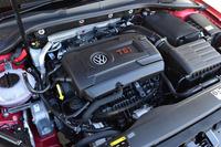 「ゴルフGTI」の2リッター直4ターボエンジン。JC08モードの燃費値は6段AT仕様が15.9km/リッターで、6段MT仕様が16.0km/リッター。