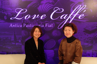 写真に見られるLove Cafféの内装は、フェア期間中の限定仕様。手前は左から、トークショーを行った白木朋子さんとバイヤーみりさん。
