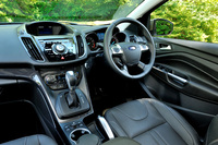 今回の変更は事実上エンジンの換装のみにとどまり、内外装は従来型と同じ。インパネの中央には、引き続きオーディオなどの操作パネル(SYNCと呼ばれる)が置かれる。ナビはオプション(試乗車には未装着)。