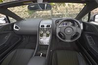 """インパネのデザインは従来の流れをくむものだが、センターパネルに""""ガラスボタン""""を用いたり、ユニークな形状の「One-77 レザーステアリングホイール」を採用したりと、随所がアップデートされている。"""