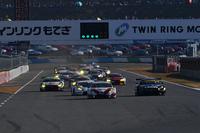 GT300クラスの予選トップは、No.31 TOYOTA PRIUS apr GT。総勢28台が最後のバトルを繰り広げた。