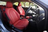 真っ赤なシートは、オプションのFrau製レザーシート(20万円)。
