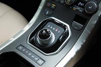 特徴的なダイヤル式のシフトセレクター。路面状況に応じて走行モードを選ぶ「テレインレスポンス」は、ダイヤル式ではなく、方向指示ボタンでモードを選ぶタイプとなっている。