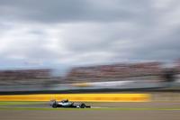 スタート直後の2コーナーで行き場を失ったポールシッターのロズベルグ(写真)は、4位に後退するも、ピット作戦でアンダーカットを成功させるなどして2位フィニッシュ。残り5戦でチームメイトに48点も離されてしまっては、素直に負けを認めざるをえないのか。(Photo=Mercedes)