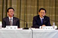 「F1撤退記者会見」には、トヨタ自動車の豊田章男社長(写真右)と、トヨタF1チームの代表でもある山科忠専務が臨んだ。